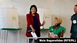 Кандидат в президенты Грузии Саломе Зурабишвили голосует на избирательном участке в Тбилиси, 28 октября, 2018 года