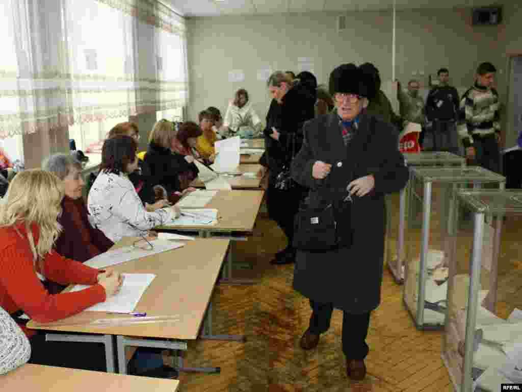 Спостерігачі відзначили досить низьку активність виборців у першій половині дня