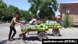 Услуга носильщиков популярна на рынках Туркменистана