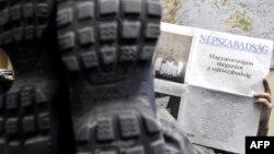 «Непсабадшаг» газетінің 2011 жылғы қаңтардың 3-індегі санында шыққан мақала «Венгрияда баспасөз еркіндігінің дәурені аяқталуға» деп аталған. (Көрнекі сурет.)