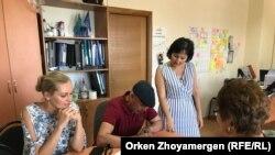 Активисты подписывают обращение в поддержку адвоката Бауржана Азанова. Астана, 26 июля 2018 года.