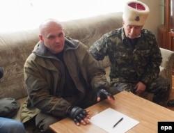 Алексей Мозговой (слева) общается с журналистами. Апрель 2014 года