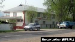 Шұжық цехы осы тойхананың артында орналасқан. Алматы облысы, Жамбыл ауданды, 26 сәуір 2012 жыл.