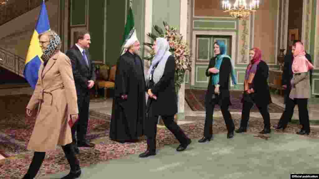 آن لیند وزیر تجارت کابینه سوئد و چندین سیاستمدار زن دیگر این دولت به خاطر روسری سر کردن در مقابل حسن روحانی رئیس جمهوری ایران هدف انتقاد در رسانه های اجتماعی قرار گرفتهاند. این در حالی است که دولت سوئد ادعا میکند که سیاست خارجیاش یک «یک سیاست خارجی فمینیستی» است.