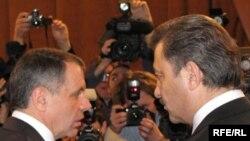 Спікер кримського парламенту Володимир Константинов (л) і прем'єр-міністр Криму Василь Джарти (п)