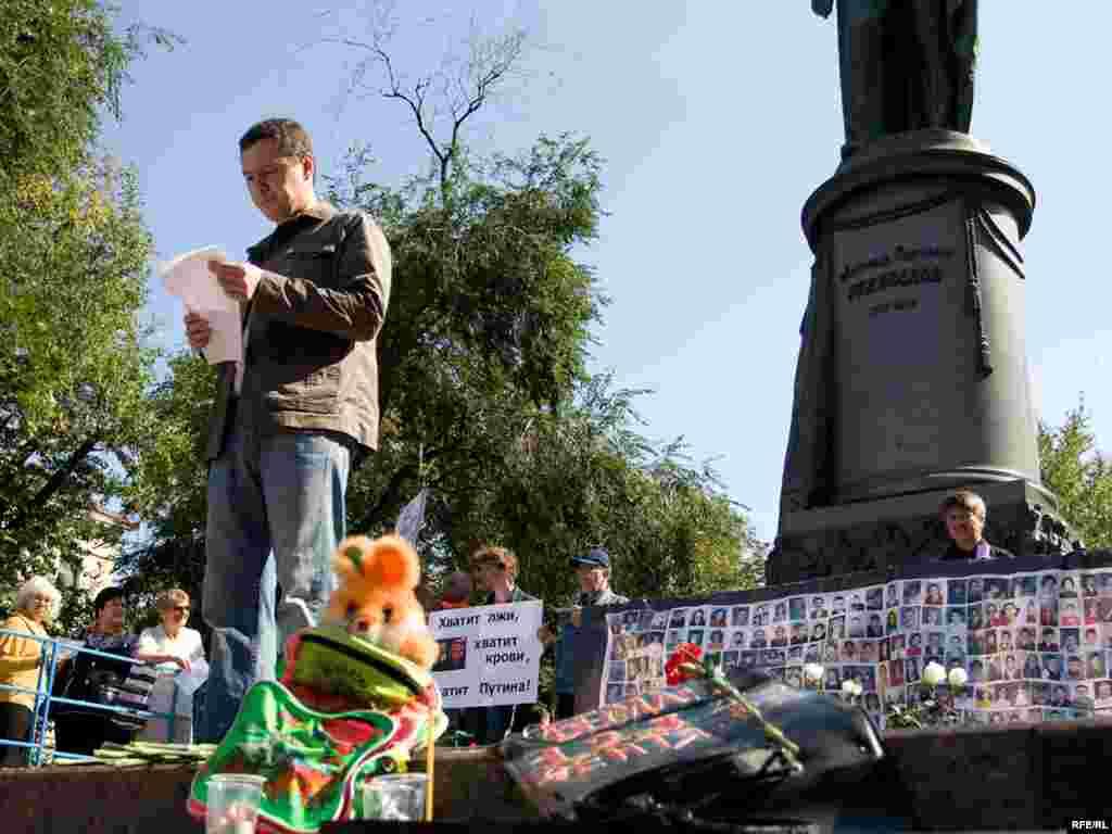 В Москве сотрудники правоохранительных органов и представители префектуры попытались сегодня разогнать пикет в память о жертвах теракта в Беслане