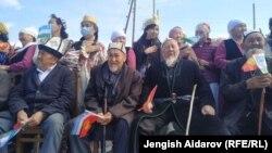 Местные жители на церемонии открытия КПП «Кайтпас» и «Отукчу». 1 апреля 2021 года.
