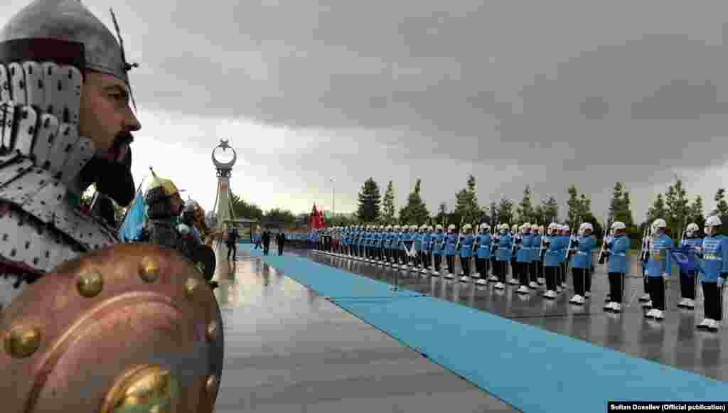 Жапаров 11-июнга чейин пландалган сапарында Анкарада иштеп, окуп жүргөн кыргызстандыктар менен да кезигери расмий маалымдалды.