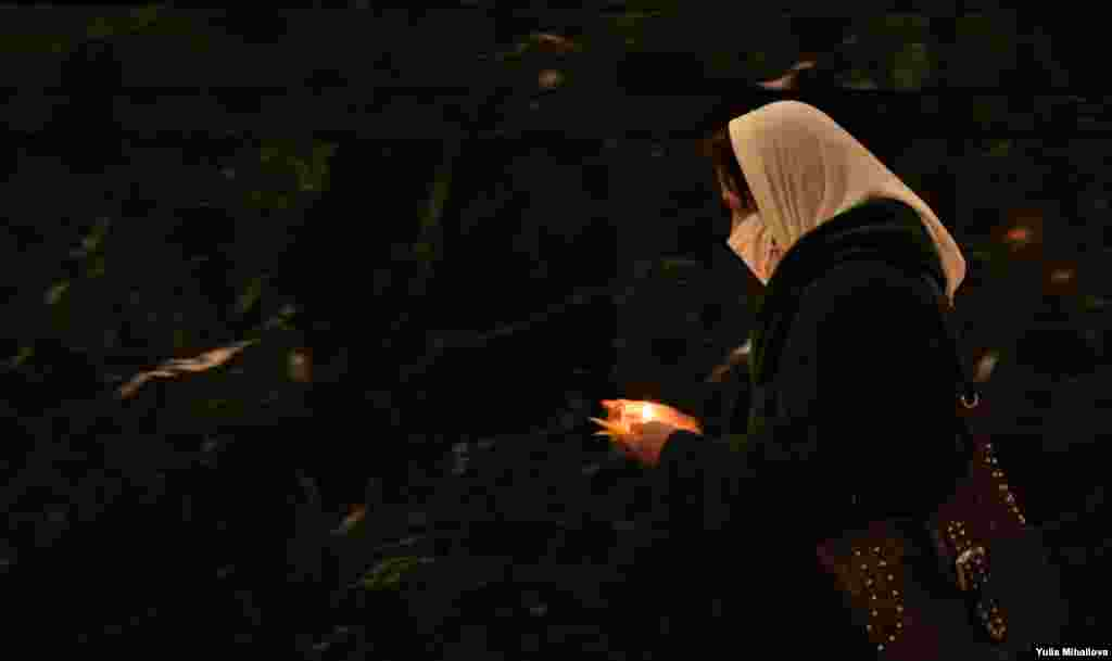 Благодатный огонь доставили из Иерусалима в Кишинев накануне православной Пасхи, 1 мая 2021