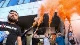 На вході на територію Апеляційного суду Києва вартувала поліція. Усіх перевіряли на наявність заборонених предметів