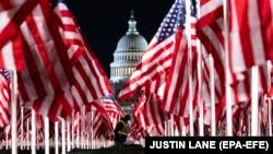 Более 200 тысяч государственных флагов США представляют собой американских граждан, которые не смогут из-за эпидемии прибыть на Национальную аллею, чтобы участвовать в инаугурации избранного президента. Вашингтон, 19 января 2020 года.