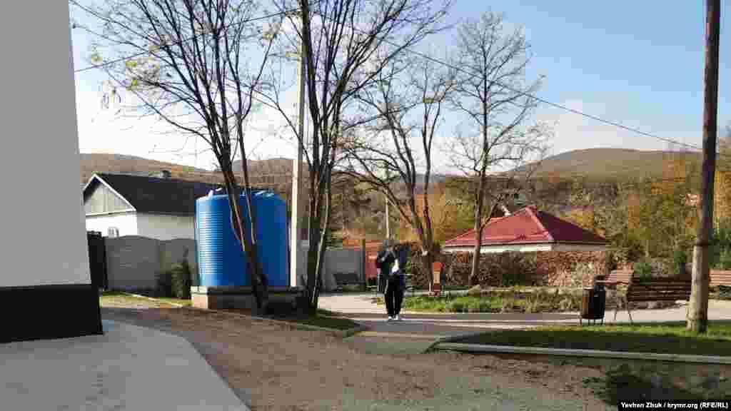 На імпровізованій площі на дитячому майданчику біля магазину місцева російська влада встановила велику ємність для води, 18 листопада 2020 року