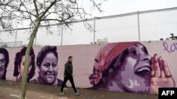 Poznata lica žena oslikana na muralusu teniserke Billie Jean King, veteranke borbe za građanska prava i profesorkeAngele Davis, astronautkinje i političarke Valentine Terešovke i književnice Chimamande Ngozi Adichie, snajperistkinja Crvene armije Ljudmila Pavličenko...