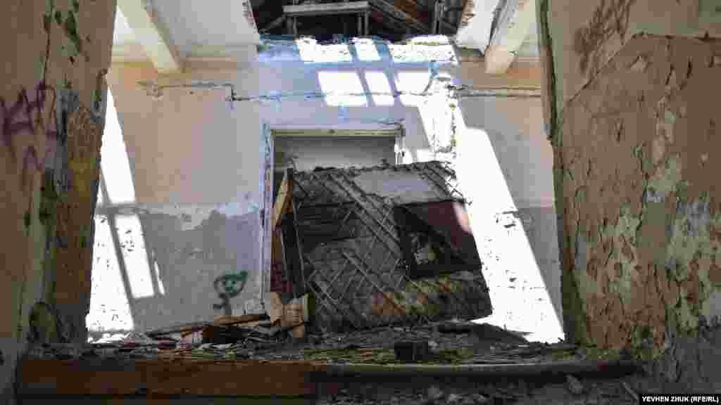 Упавшая часть межэтажного перекрытия