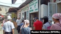 Очередь в аптеку в Кыргызстане. Июль 2020 года.