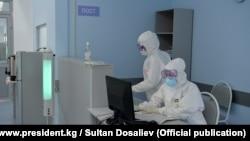 Медики в защитных костюмах в «красной зоне».