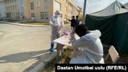 Медики в защитных костюмах в больнице в Оше. Иллюстративное фото.
