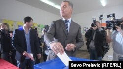 Millo Gjukanoviq duke hedhur votën gjatë zgjedhjeve të djeshme parlamentare në Mal të Zi