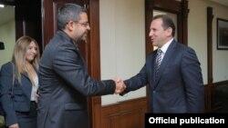 Министр обороны АрменииДавид Тоноян (справа) и чрезвычайный и полномочный посол Сирийской Арабской Республики в Армении Мухаммад Ахмад Хадж Ибрагим, Ереван, 20 июля 2018 г.