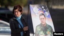 Женщина с предвыборным плакатом лидера самопровозглашенной ДНР Александра Захарченко