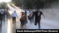 Разгон демонстрантов в Ереване 23 июня