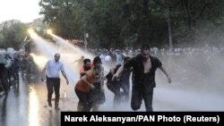 Poliția intervine cu tunuri cu apă împotriva protestatarilor de la Erevan