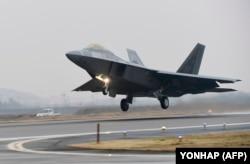 Винищувач ВПС СШа F-22 Raptor злітає з авіабази в Південній Кореї. 4 грудня 2017 року