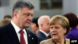 Германиянын канцлери Ангела Меркел (оңдо) Украинанын президенти Петро Порошенко менен сүйлөшүүдө. Рига. 22-май 2015