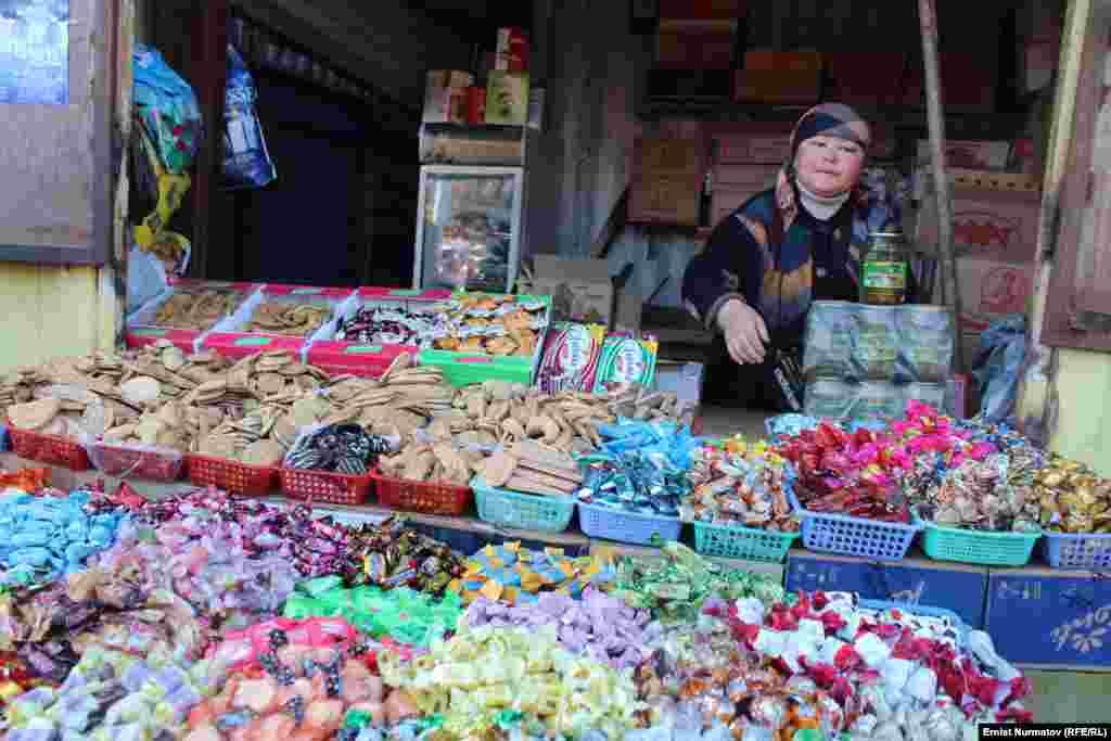 Kyrgyzstan - Central Market \ bazaar in Osh. Spontaneous street trading Karasu at the bazaar. Osh, December 3, 2012