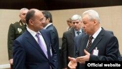 Министры обороны Армении и Азербайджана - Сейран Оганян (слева) и Сафар Абиев, Брюссель, 22 февраля 2013 г.