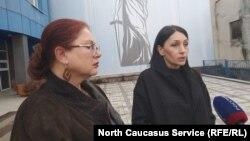 Вдова замученного в полиции Северной Осетии Владимира Цкаева Земфира (справа) и ее адвокат Анжелика Сикоева