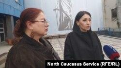 Вдова замученного в полиции Северной Осетии Владмира Цкаева Земфира (справа) и ее адвокат Анжелика Сикоева