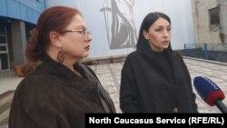 Вдова Владимира Цкаева Земфира (справа) и ее адвокат Анжелика Сикоева