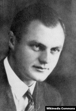 Auschwitz (Osvensim) düşərgəsində SS-çi baş həkim Eduard Wirths. 1942-1945-ci illər. Müharibənin sonunda Britaniya qüvvələrinə əsir düşüb. Özünü asıb.