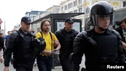Російська поліція затримала одного з учасників акції на вулиці Тверській у Москві, 12 червня 2017 року