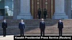 Президент Казахстана Касым-Жомарт Токаев и сотрудники его администрации перед резиденцией Акорда в день траура по жертвам коронавируса. Нур-Султан, 13 июля 2020 года.