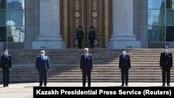 Ղազախստան - Նախագահ Կասիմ-Ժոմարտ Տոկաևը և մյուս բարձրաստիճան պաշտոնյաները մեկ րոպե լռությամբ հարգում են կորոնավիրուսի համաճարակի զոհերի հիշատակը, Նուր-Սուլթան, 13-ը հուլիսի, 2020թ.