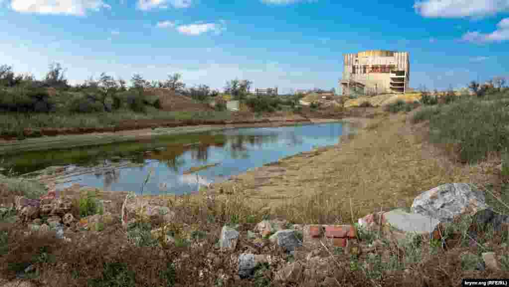 1989 senesi baarde suvnıñ köterilüvi dambanı bozdı ve yaqın köylerni suv bastı. Bundan soñ dambanı bir daa ğayrıdan tiklemediler, Aqtaş gölü ise saylaştı ve er yaz qurumağa devam ete.