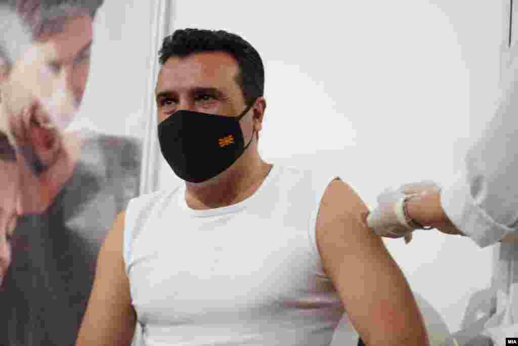 МАКЕДОНИЈА - Претседателот на Владата Зоран Заев денеска на вакциналниот пункт во спортската сала Борис Трајковски се вакцинира против коронавирусот со вакцина од кинескиот производител Синофарм. Рече дека не бирал туку дека ја примил вакцината која била на ред во моментот кога тој дошол за вакцинација.