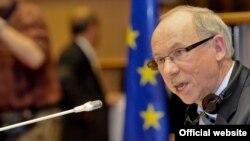 یانوش لِواندوفسکی کمیسر امور مالی اتحادیه اروپا میگوید انتظار میرود این تحریمها از ۲۲ اردیبهشتماه اجرایی شوند.