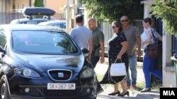 Приведување на специјалната обвинителка Катица Јанева од нејзината куќа во скопската населба Козле.