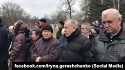Олександр Кушнарьов (в центрі) і Анатолій Слободяник (праворуч) із Одеси, яких передають до ОРДЛО в рамках обміну полонених та ув'язнених