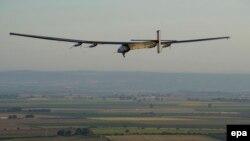 Solar Impulse 2 ұшағы Испанияның Севилья қаласы әуежайына қонуға жақындап келеді. 23 маусым 2016 жыл.