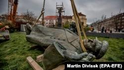 Демонтаж памятника маршалу Ивану Коневу в Праге