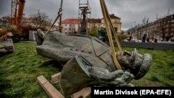 Снос памятника маршалу Коневу в Праге 3 апреля 2020 года