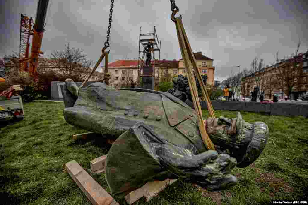 Пам'ятник Конєву лежить на землі після того, як його 3 квітня зняли з постаменту
