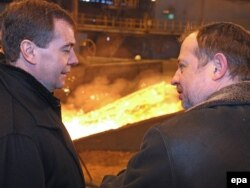 Январь 2010 года, Владимир Лисин (справа) и премьер-министр России Дмитрий Медведев на Новолипецком металлургическом комбинате