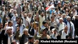 Озброєні люди прийшли до представництва ООН у контрольованій угрупованням «Аль-Хуті» столиці Ємену Сані після авіанальоту на похоронну процесію (архівне фото, початок жовтня 2016 року)