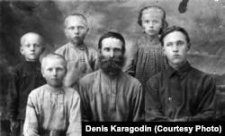 Архівне фото. Прадід Денис Карагодіна Степан Карагодін із родиною