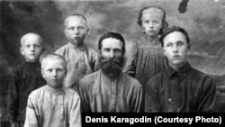 Степан Карагодиннің (ортада) үй-ішімен бірге түскен суреті.